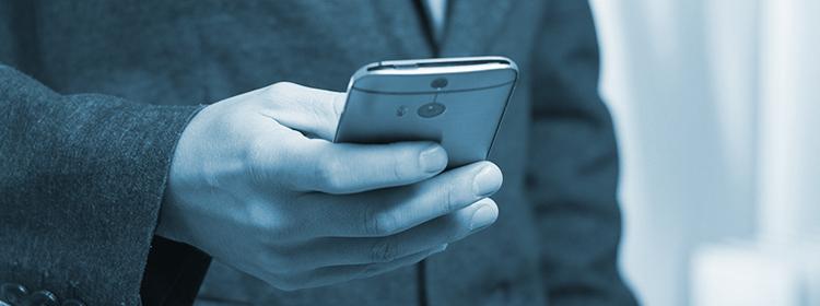 Mann hält Handy in der Hand zum Telefonieren