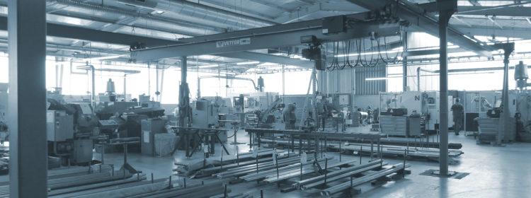 Gesamtansicht Werkhalle mit Maschinen